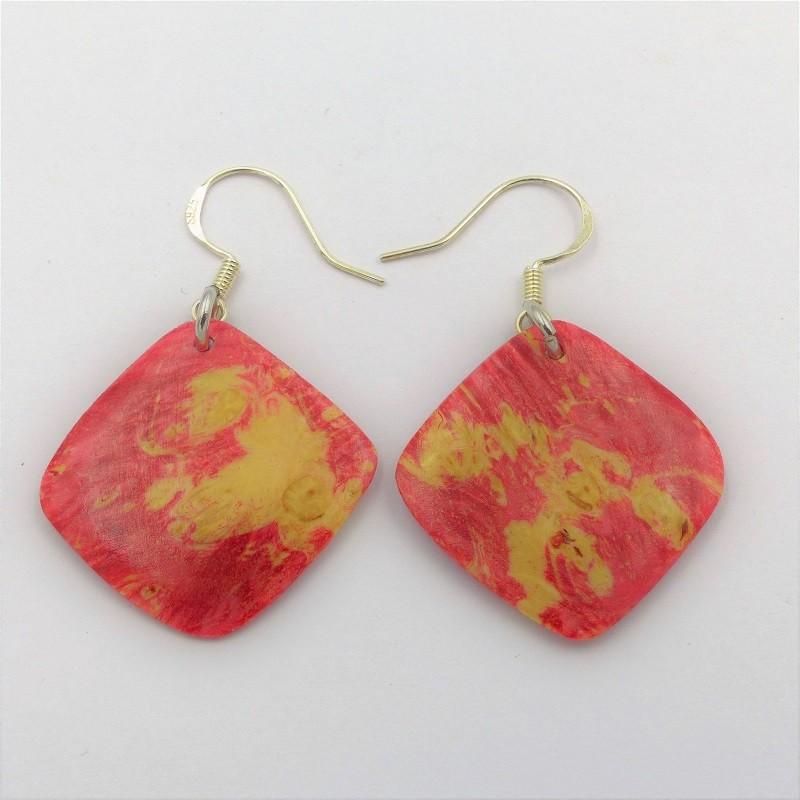 Boucles d'oreilles en bois de loupe d'érable teintée en rouge